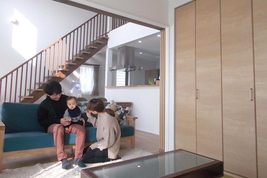 差し込む光のコントラストと温もりに包まれる家